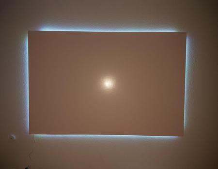 Bilderwand mit Beleuchtung